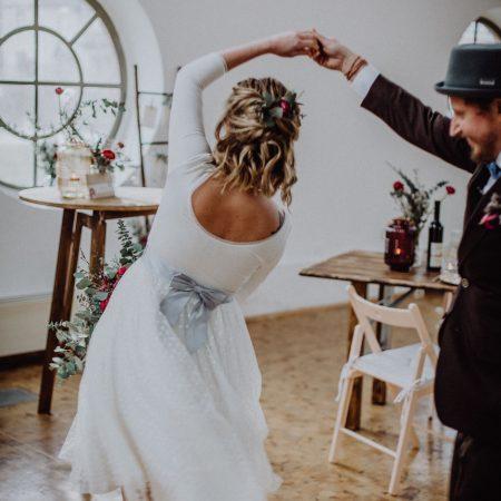 Hochzeitsinspiration Styled Shooting Beere Gold Brautpaar Hochzeitstanz