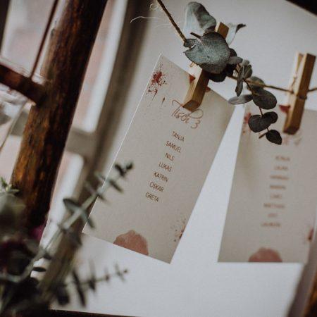 Hochzeitsinspiration Styled Shooting Beere Gold Sitzplan