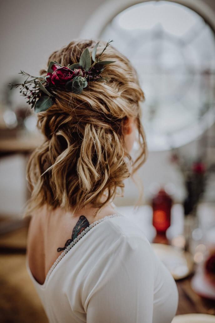 Hochzeitsinspiration Styled Shooting Beere Gold Brautfrisur Styling