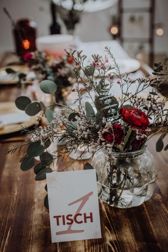 Tischdeko Holztisch Hochzeitsdeko gold beere eukalyptus