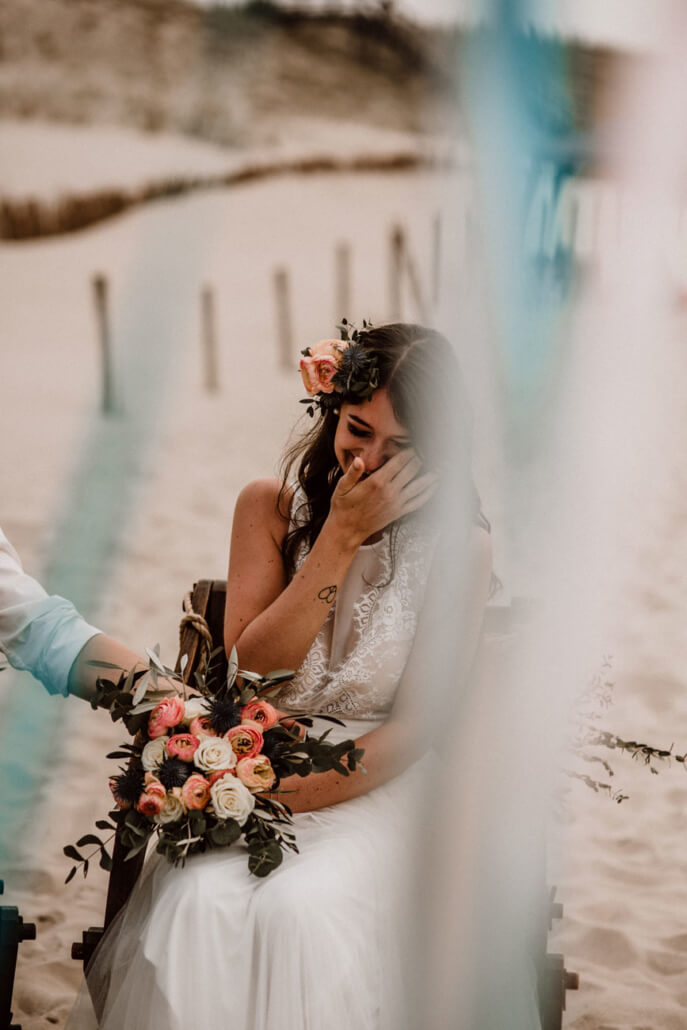 Freie Trauung Braut weint vor Glück bei Strandhochzeit