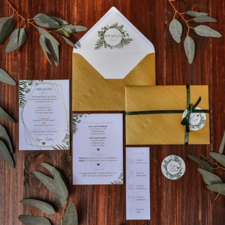 Hochzeitsinspiration Styled Shooting Greenery Gold Einladung