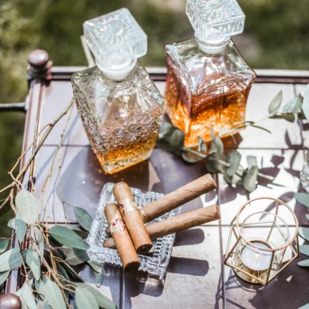 Hochzeitsinspiration Styled Shooting Greenery Gold Whiskey Bar