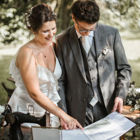 Hochzeitsinspiration Styled Shooting Greenery Gold Gästebuch