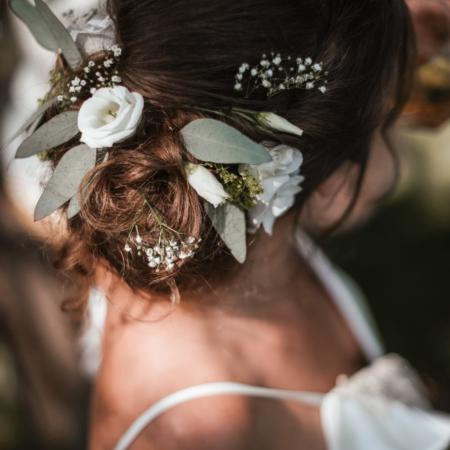 Hochzeitsinspiration Styled Shooting Greenery Gold Blumen Brautfrisur Styling