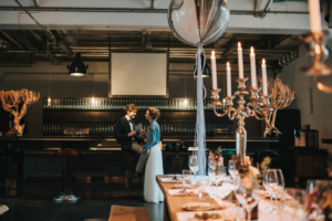 Brautpaar an Bar Greenery Wedding Industrial