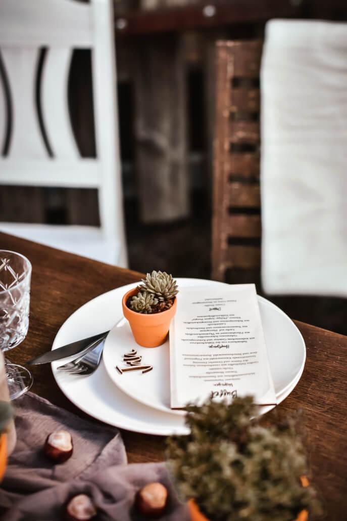 rustikale Herbsthochzeit Scheunenhochzeit Tischdeko mit Sukkulenten