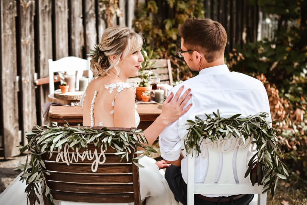 Always and Forever Brautpaar am Tisch
