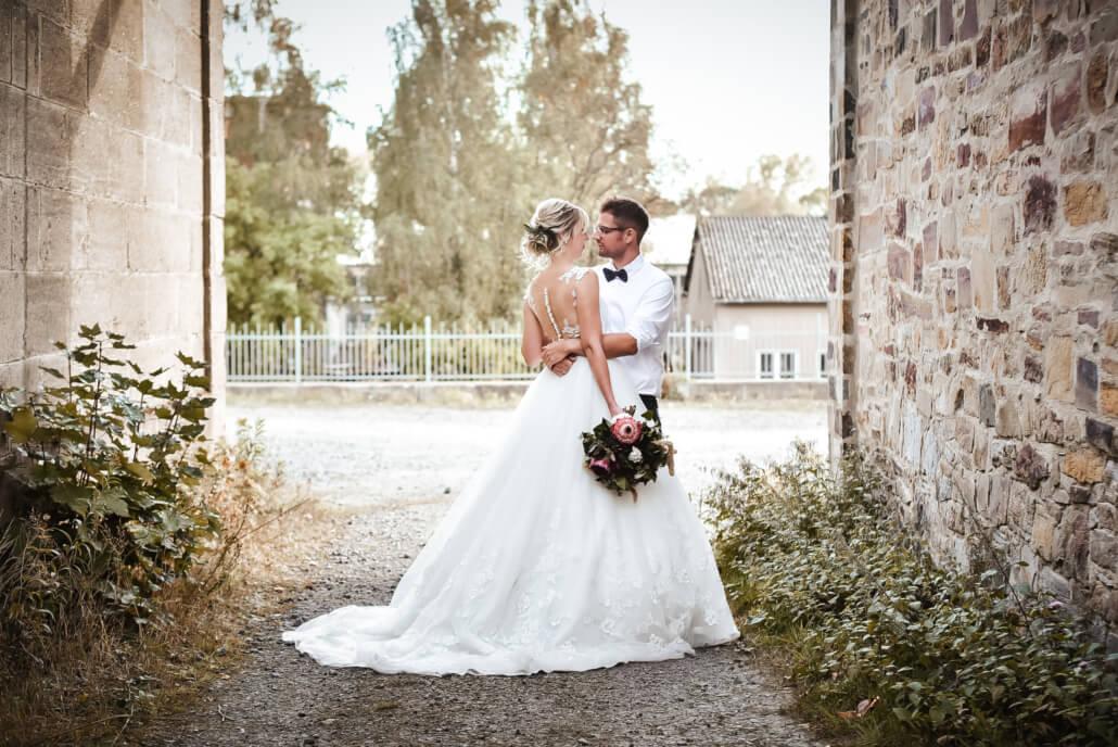 Brautpaar Coupleshooting mit Brautstrauß rustikale Herbsthochzeit