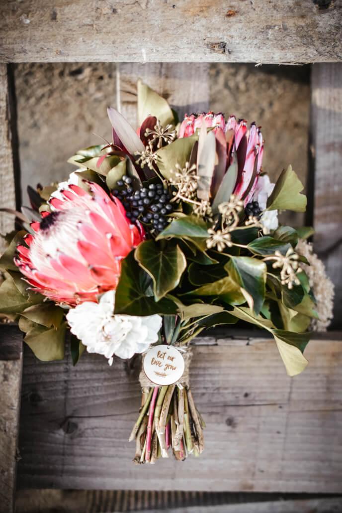 Brautstrauß mit Protea und Beeren rustikale Scheunenhochzeit