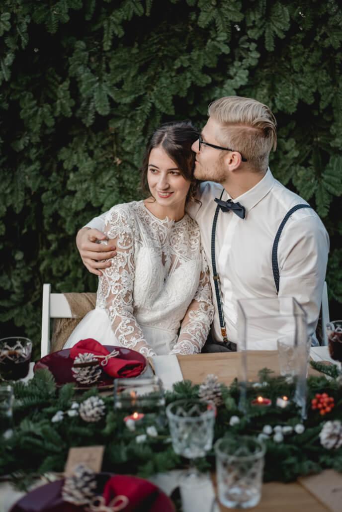 Winterhochzeit Brautpaar am Tisch