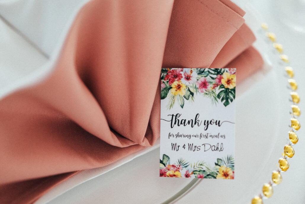 tropical Sommerhochzeit Tischdeko mit Dankeskarten