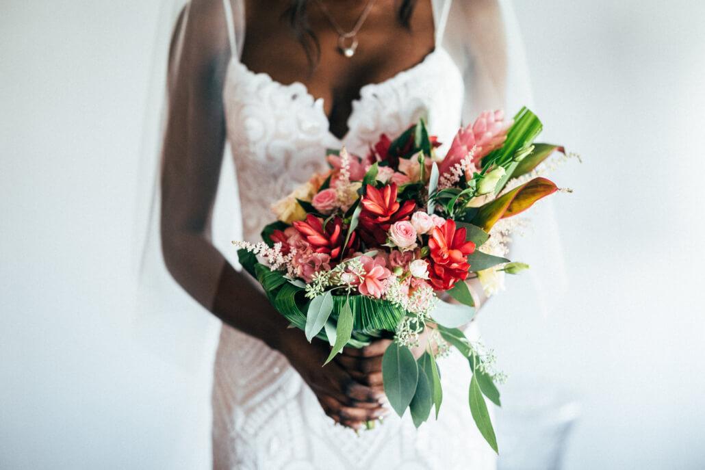 Getting Ready tropical Sommerhochzeit Braut mit Brautstrauß