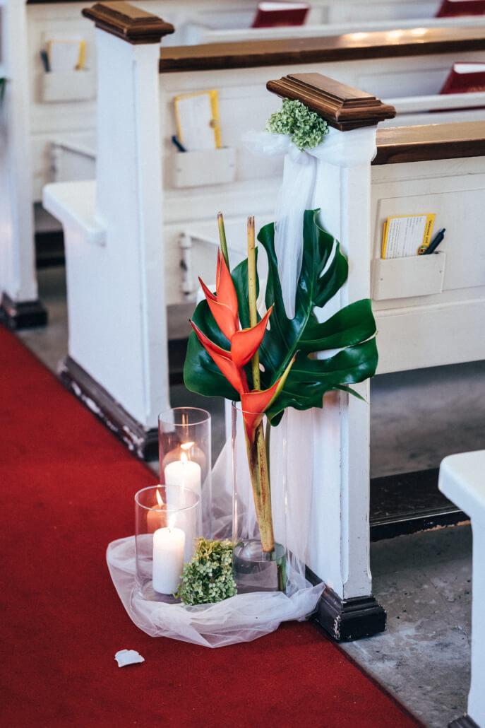 tropical Sommerhochzeit Kirchendeko