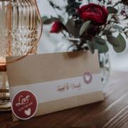 Hochzeitseinladung in Kraftpapier Briefumschlag