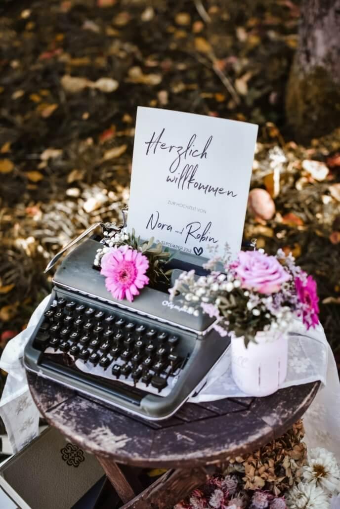 Willkommensschild grau in Schreibmaschine Vintage Chic Hochzeit