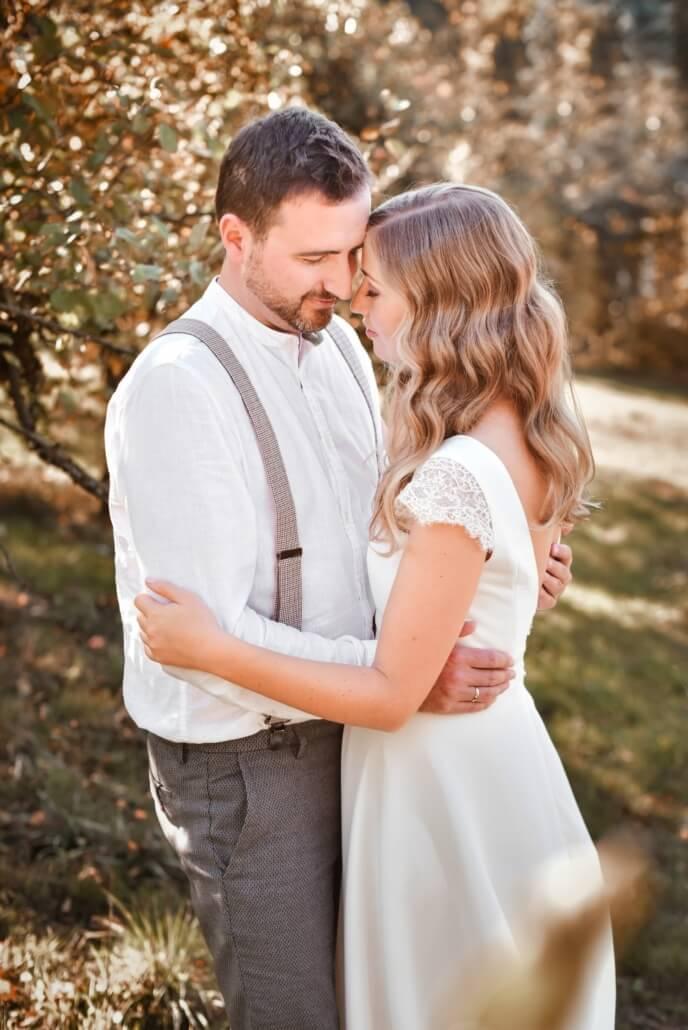 Brautpaar Coupleshooting Herbsthochzeit in der Apfelplantage