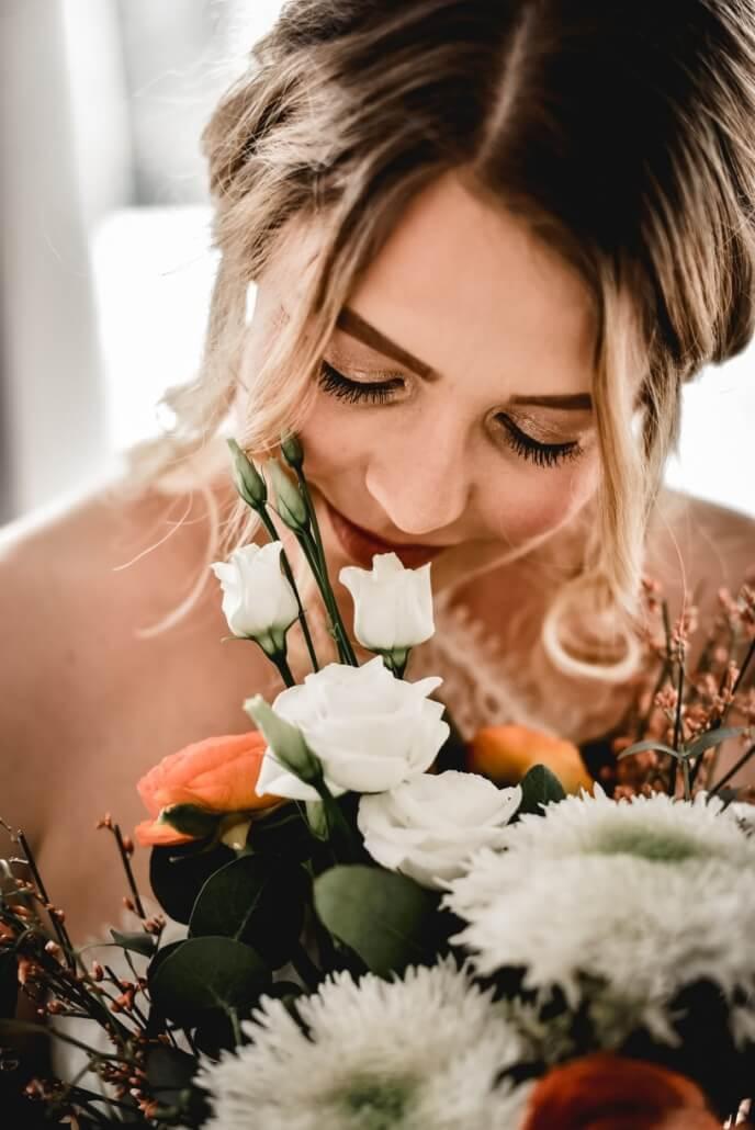 Bodouir Shooting Braut mit Brautstrauß MakeUp