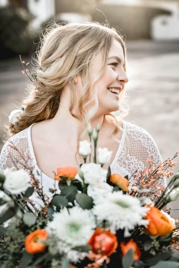 Braut mit Brautstrauß Herbsthochzeit