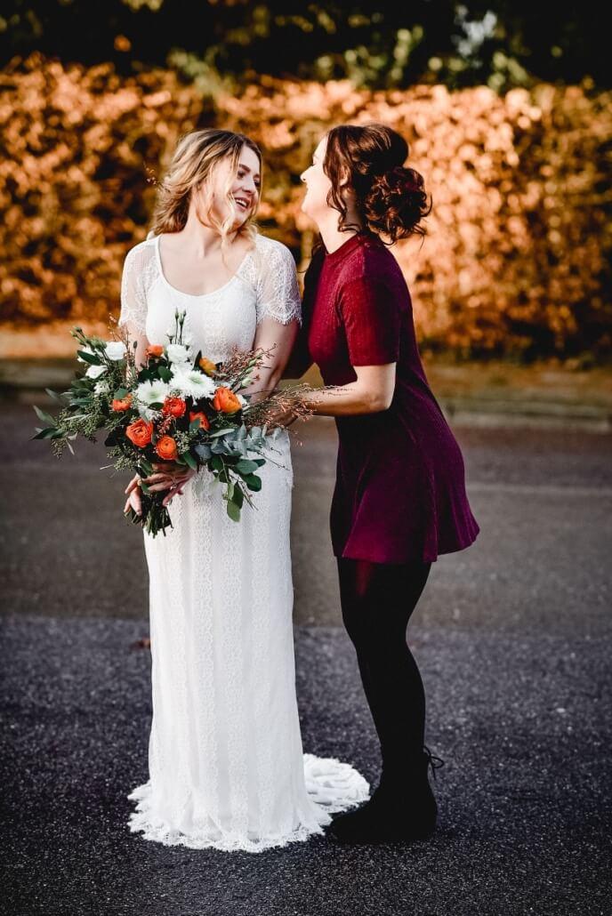 Braut mit Trauuzeugin Herbsthochzeit