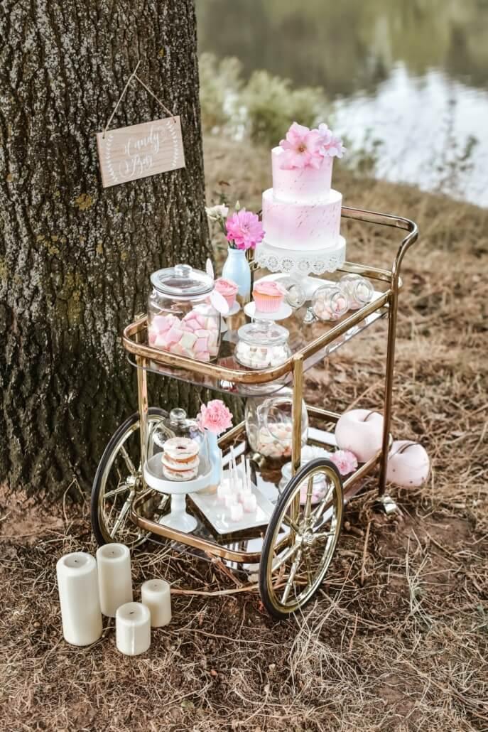 Sweet Table mit Hochzeitstorte Pastell Hochzeit rosa