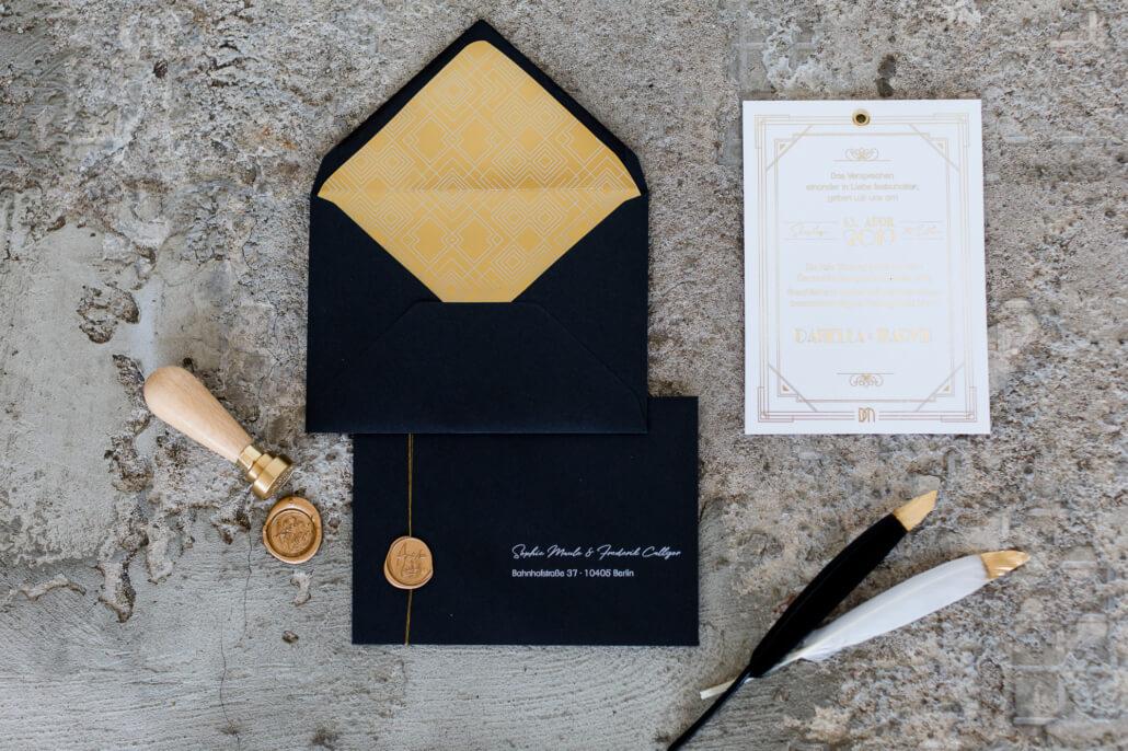 Hochzeitseinladung Golden 20s in Schwarz und Gold mit Siegel