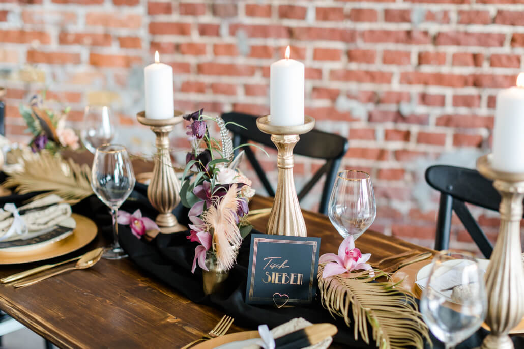 Tischdeko mit Tischnummer in schwarz gold Great Gatsby Hochzeit