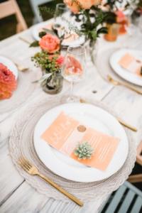 Living Coral Sommerhochzeit Fruity Summer Wedding Tischdeko mit Menükarte