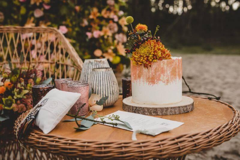 Desert Love Herbsthochzeit Elopement Hochzeitstorte mit Blumen