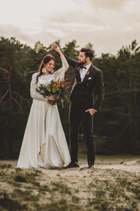 Desert Love Herbsthochzeit Elopement tanzendes Brautpaar