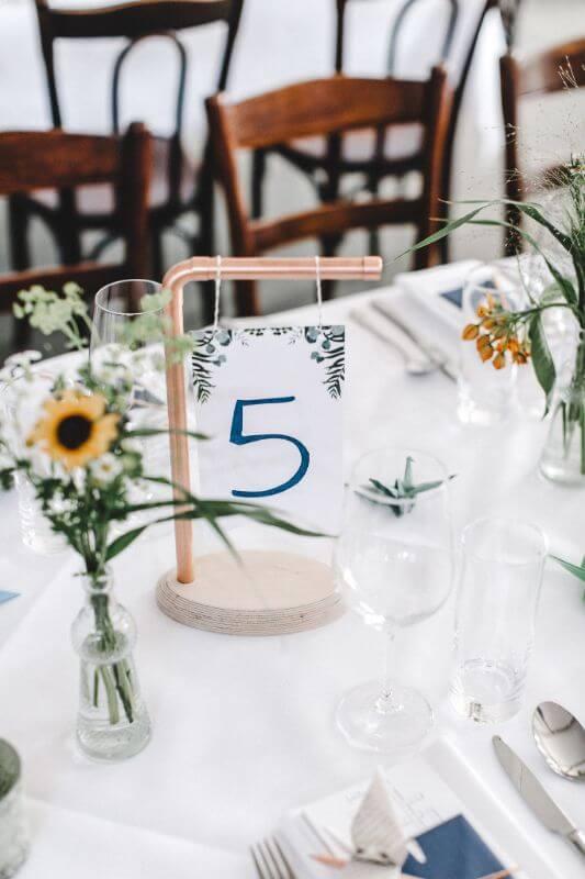 Hochzeitsinspiration Greenery Kupfer Kranich Tischnummer