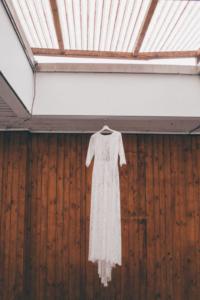 hängendes Brautkleid im Boho-Look beim Getting Ready