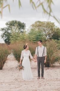 Brautpaar Händchenhaltend am Strand
