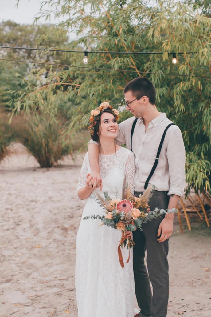Brautpaar am Strand sieht sich in die Augen