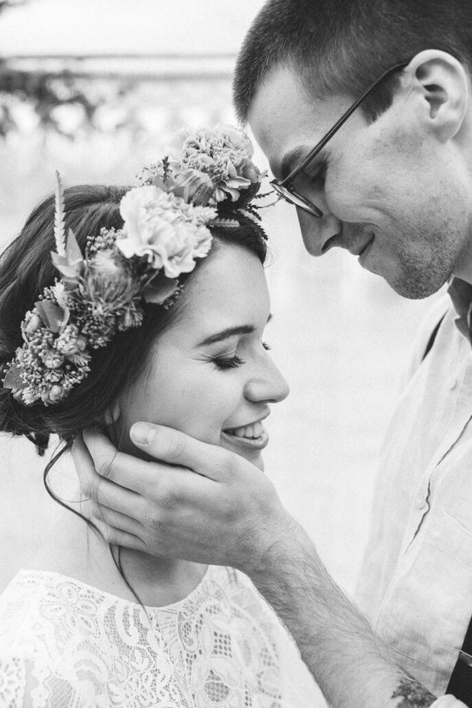 Bräutigam streichelt Gesicht der Braut