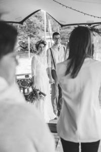Freie Trauung am See Brautpaar stehend