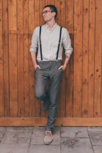 leger gekleideter Bräutigam mit Leinenhemd und Hosenträgern