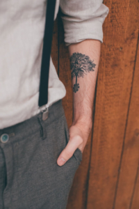 Bräutigam mit Hosenträgern und Baum-Tattoo
