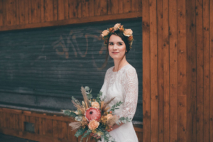 Boho-Hochzeit Getting Ready Braut mit Brautstrauß und Blumenkranz
