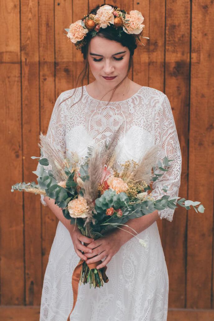 Getting Ready der Braut mit Brautstrauß Boho-Hochzeit