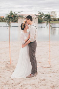 Brautpaarshooting am See mit Makramee-Backdrop