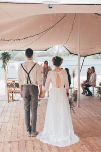 Einzug des Brautpaares bei freien Trauung am See