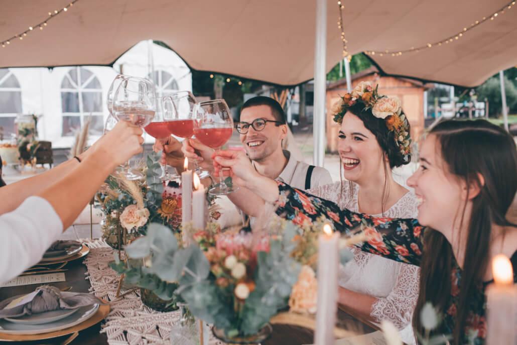 feiernde Hochzeitsgäste einer Zelthochzeit am Strand