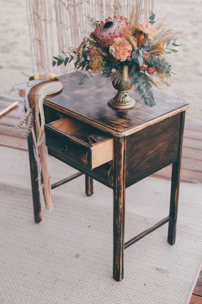 Rednertisch mit Brautstrauß und Ringkissen für die freie Trauung