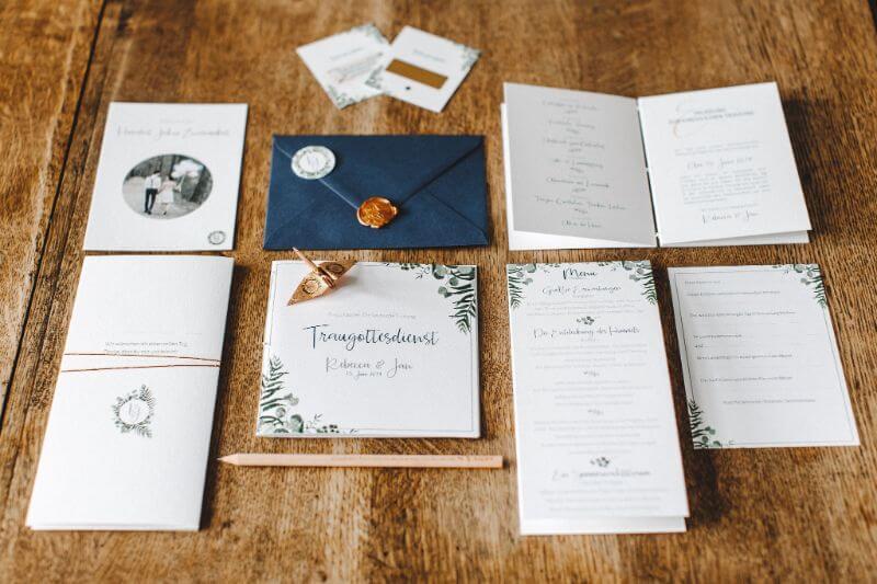 Hochzeitspapeterie Flatlay mit Kranichen und Greenery