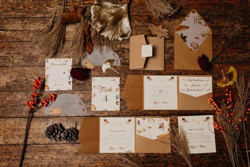 Hochzeitspapeterie Flatlay für eine Herbsthochzeit mit Kraftpapier