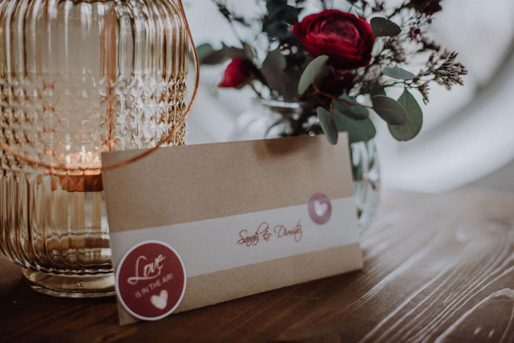Hochzeitseinladung Beere im Briefumschlag Kraftpapier