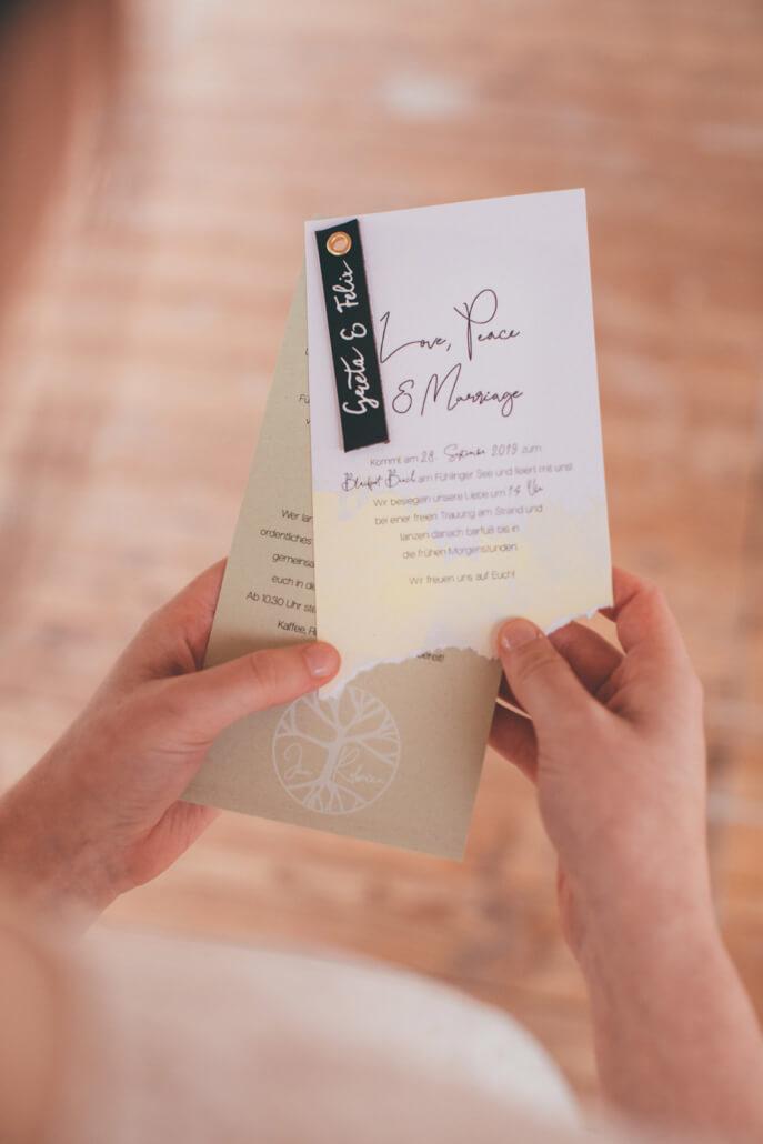 Hochzeitseinladung in Olivgrün mit Lederanhänger