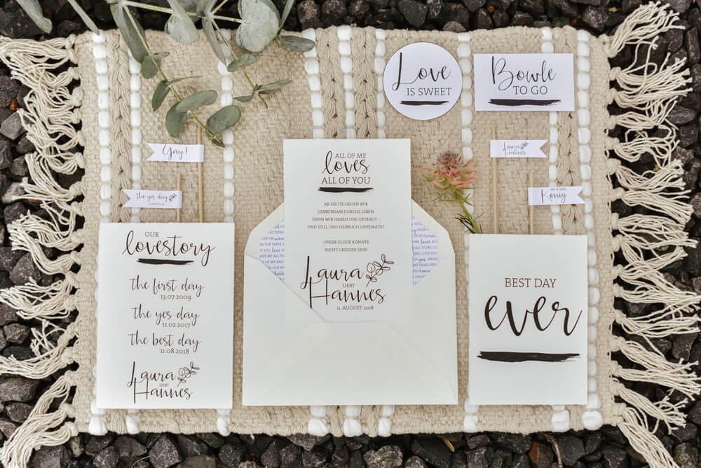 Hochzeitspapeterie Flatlay Boho Hochzeit schlicht mit Handlettering