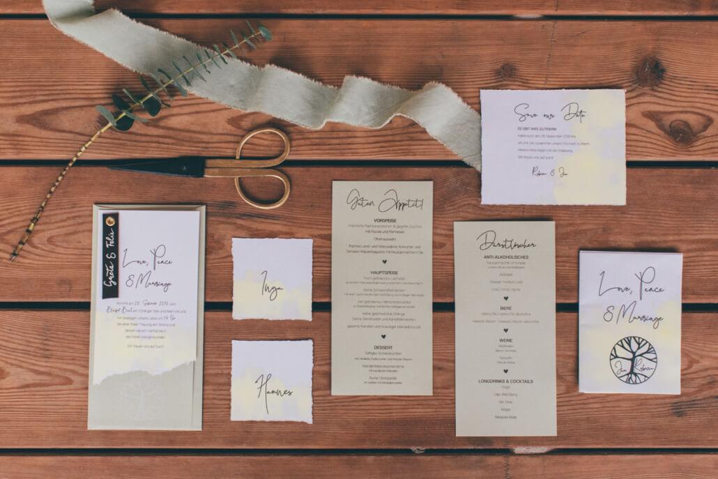 individuelle Hochzeitspapeterie Flatlay in olivgrün und gelb für Boho Hochzeit am Strand